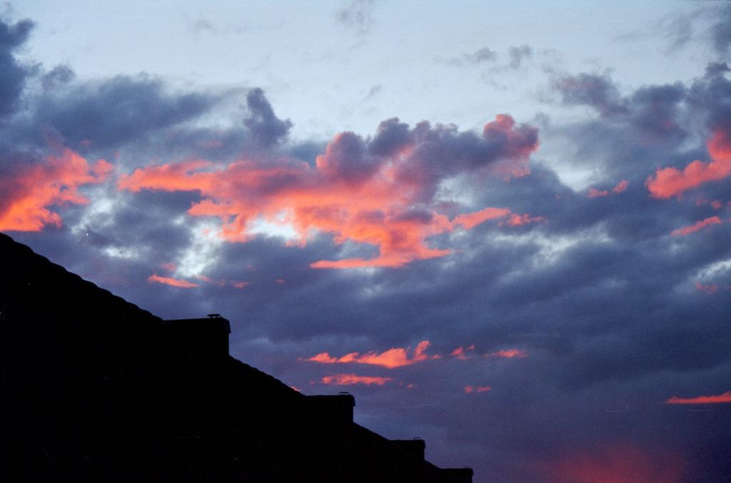 Rosa moln mot gråa moln.